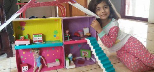 Sofía Vega Murillo muestra su casita para muñecas.